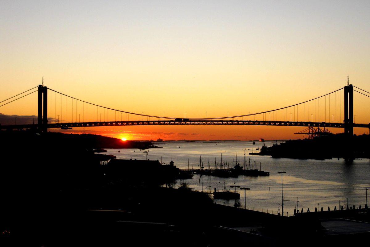 Älvsborgsbron i solnedgång