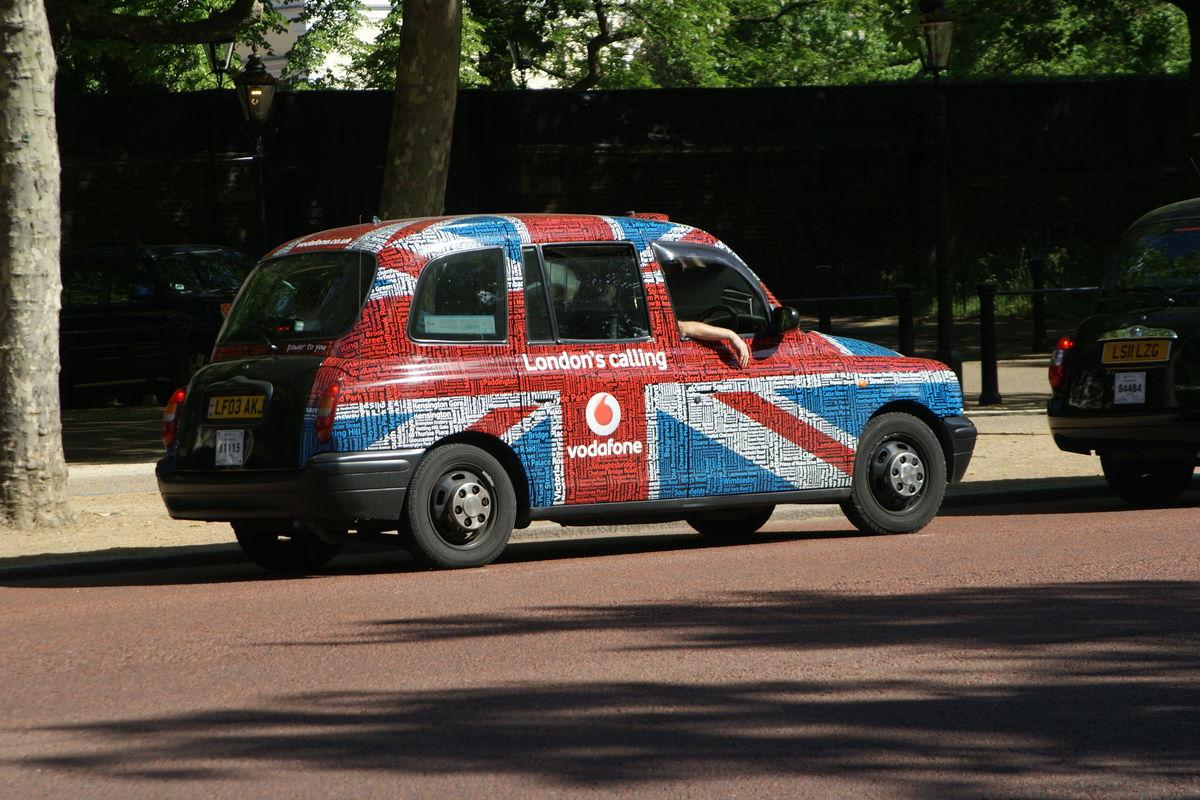 Taxibil målad i brittiska flaggans färger.