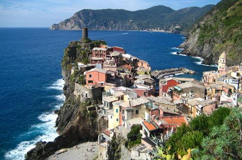 Vy över stad o hav i Vernazza