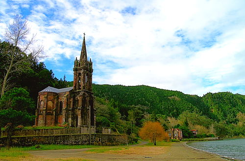 Kyrkan vid sjön